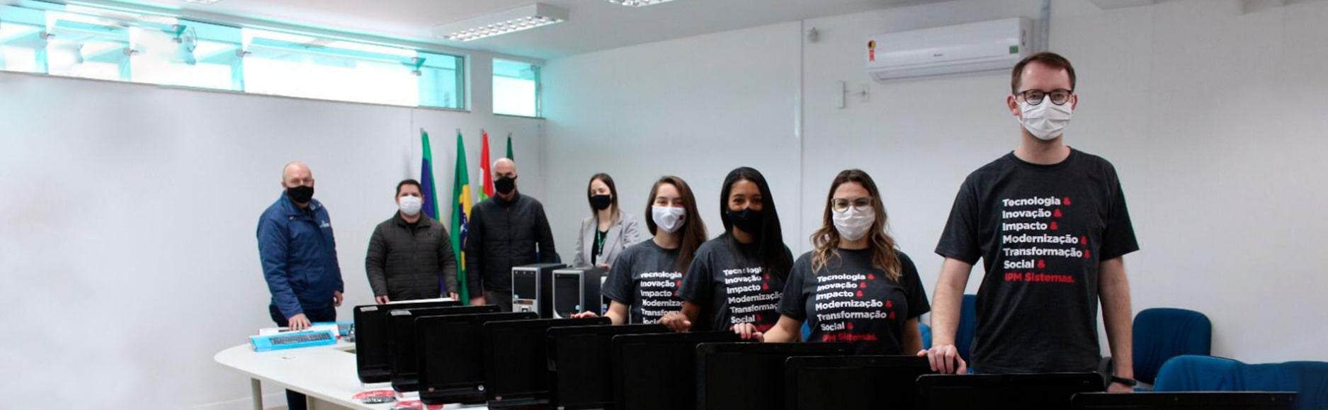 Doação de computadores beneficia jovens de casas de acolhimento no Alto Vale do Itajaí