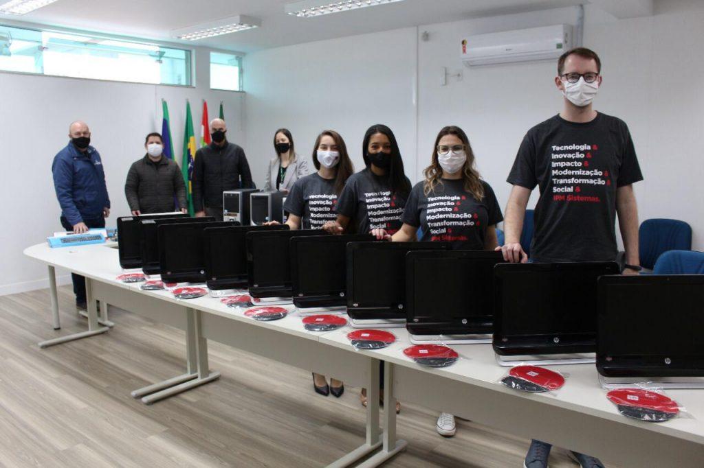 doação entrega de computadores